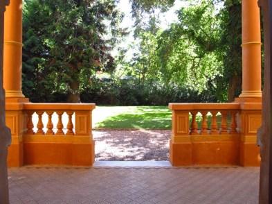 Puerta principal en la fachada de frente