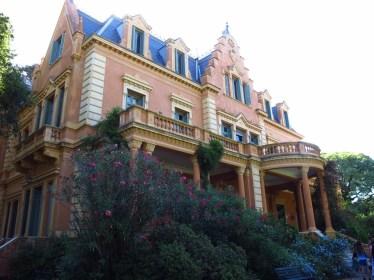 Perfil de Villa Ocampo desde el jardín trasero