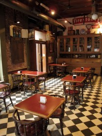 Entrada y mesas del Café Roma