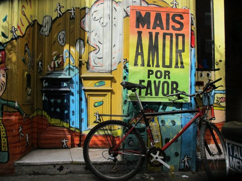 Pósters del proyecto Mais amor por favor en La Tribu. Foto