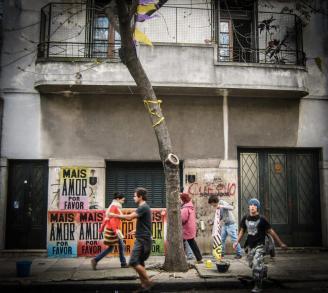 Pósters de Mais amor por favor en las calles de Buenos Aires. Foto
