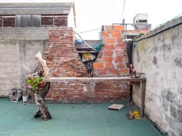 Barra con madera en la terraza de Mundo Dios en Mar del Plata. Foto