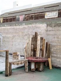Muebles de madera en la terraza de Mundo Dios en Mar del Plata. Foto
