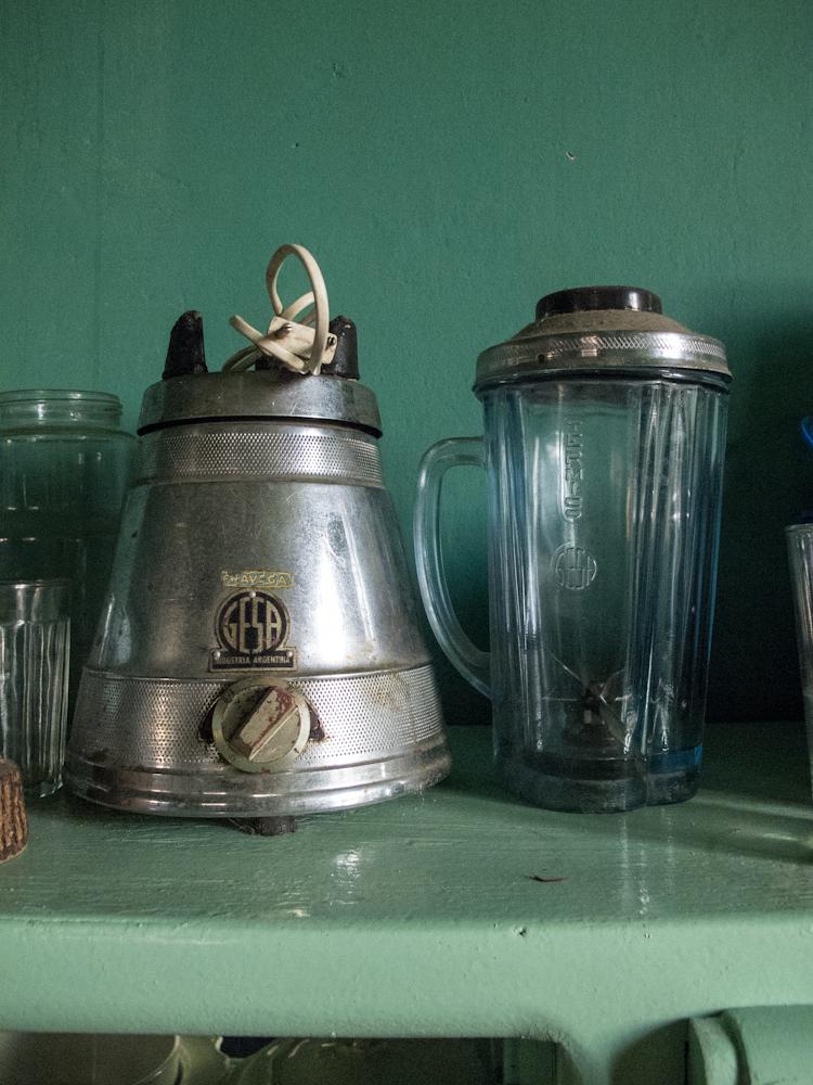 Antigua licuadora en la cocina de Mundo Dios en Mar del Plata. Foto