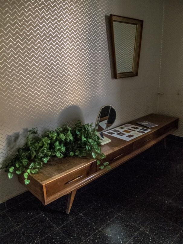 Mueble en el segundo salón living de Mundo Dios en Mar del Plata. Foto
