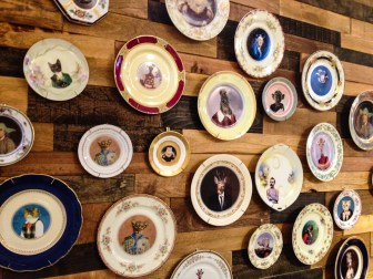 La vuelta de los platos kitsch, en A&G Merch en Williamsburg. Foto