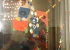 Collage con papel en un vidrio de la fiesta. Foto