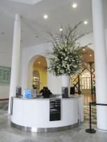Gran arreglo floral en la recepción del MALI. Foto