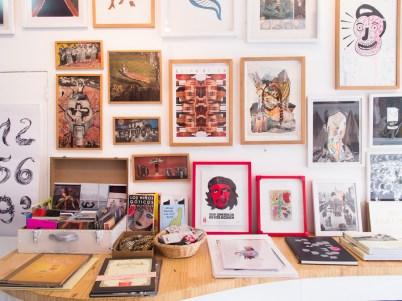 Piezas de arte de pequeño formato en Puna, Miraflores. Foto