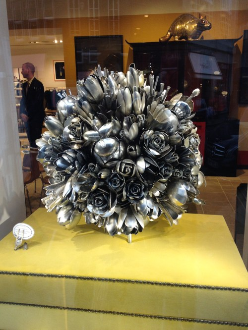 Escultura de cucharas en la vidriera de Paul Smith Covent Garden. Foto