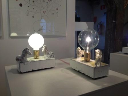 Lámpara de cerámica con animales en Form/Design center. Foto