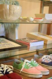Objetos de SUD y zapatillas ARDA en la tienda de Mundo Estudio en San Juan. Foto
