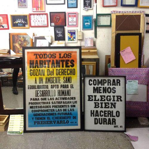 Los pósters enmarcados. Foto