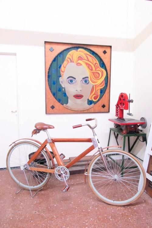 Bicicleta de madera Salvador y obra de Flocco. Foto