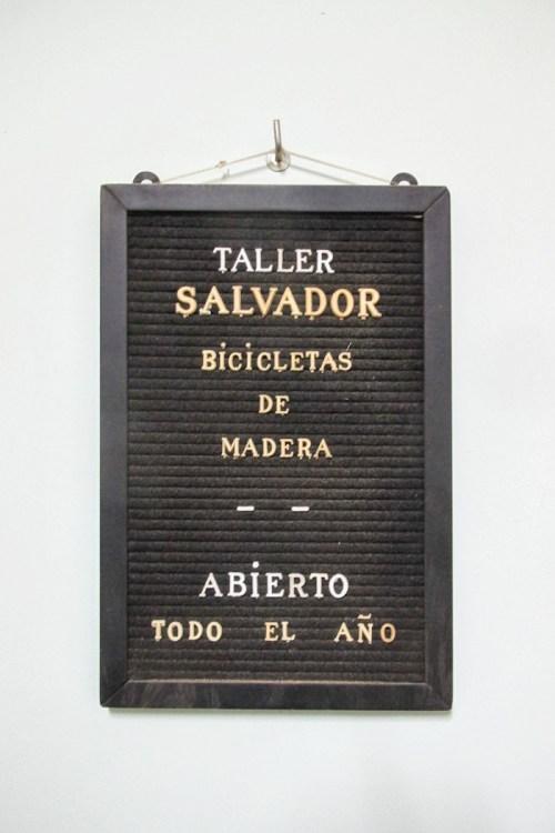 Cartel de taller Salvador. Foto