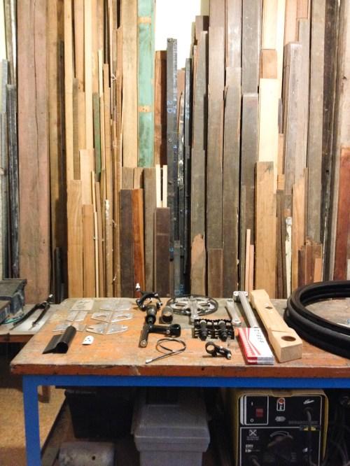 Mesa de accesorios y maderas en el taller Salvador. Foto