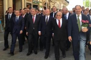 all pals together, Government and Opposition stroll from the old to the new