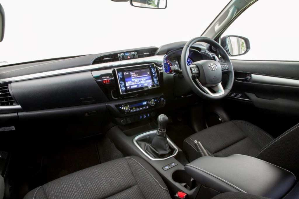2016-hilux-invincible-interior-2
