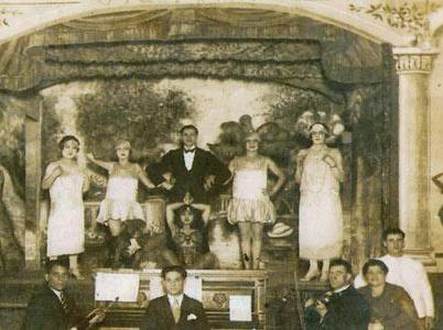 Cabaret-shows-music-and-dance-at-some-of-the-more-sophisticated-establishments