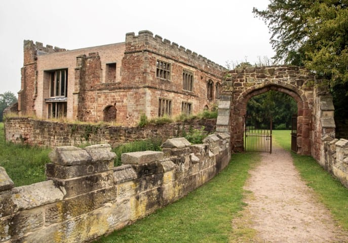 Pic Approaching historic Astley Castle in Warwickshire