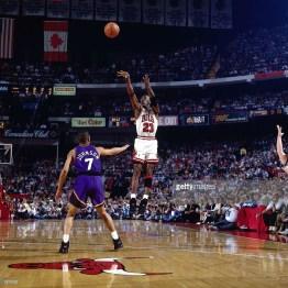Jordan au shoot lors du Game 5 de la finale 1993 à Chicago Stadium (c) Getty