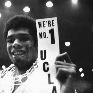 Kareem Abdul-Jabbar tout sourire avec UCLA (c) AP Photo