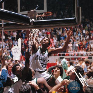 Magic Johnson découpe le filet du panier lors de la finale NCAA 1979 (c) NCAA Photos