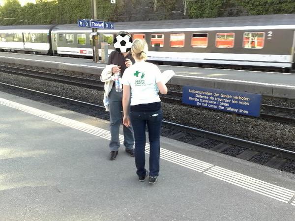 #Corris sammelt am Bahnhof Thalwil mal wieder auf dem Perron. Langsam bin ich's leid. #SBB