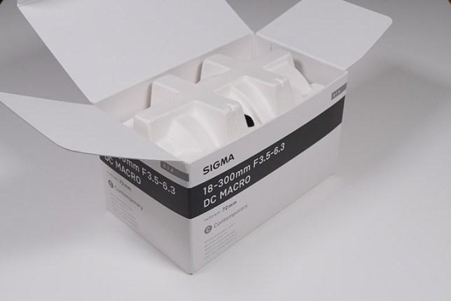 SIGMA 18-300mm F3.5-6.3 DC MACRO-箱を開けた状態
