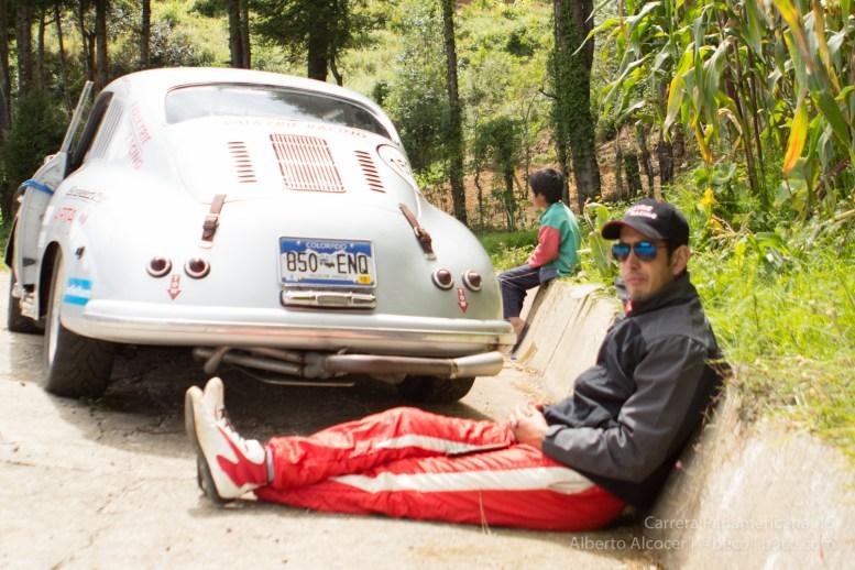 Tras un despiste, Roberto Mendoza esperando al equipo de apoyo