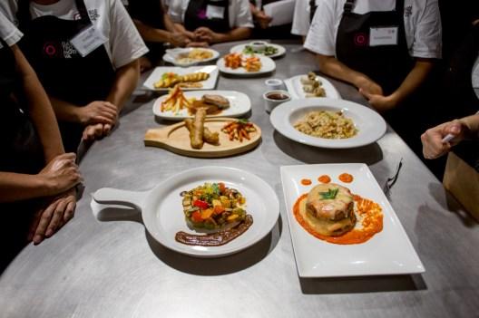 Sample: Estos platos fueron preparados por gente en situación vulnerable, que hace un mes no había entrado a una cocina profesional.