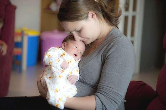 c435a603bb Ismerkedünk az új jövevénnyel, lábadozunk a szülés után, küzdünk a ránk  törő érzelmekkel és közben a háztartással is foglalkozni kell.
