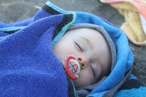 baba kint alszik pokrócban
