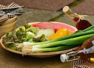 zöldségek fa tányéron