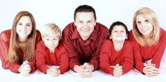 ötfős család piros felsőben