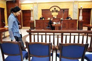 Geréb Ágnes szülész-nőgyógyász érkezik a Fővárosi Ítélőtábla tárgyalótermébe