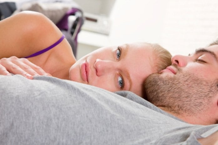 férfi és nő fekszenek az ágyban