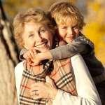 nagymama hátán viszi az unokáját