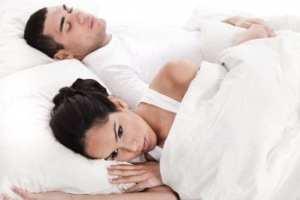 pár fekszi az ágyban, a nő szomorúan ébren van, a férfi alszik
