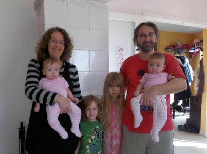 négygyermekes család ikrekkel