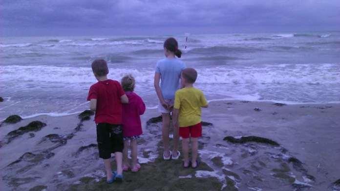 négy gyerek a tóparton