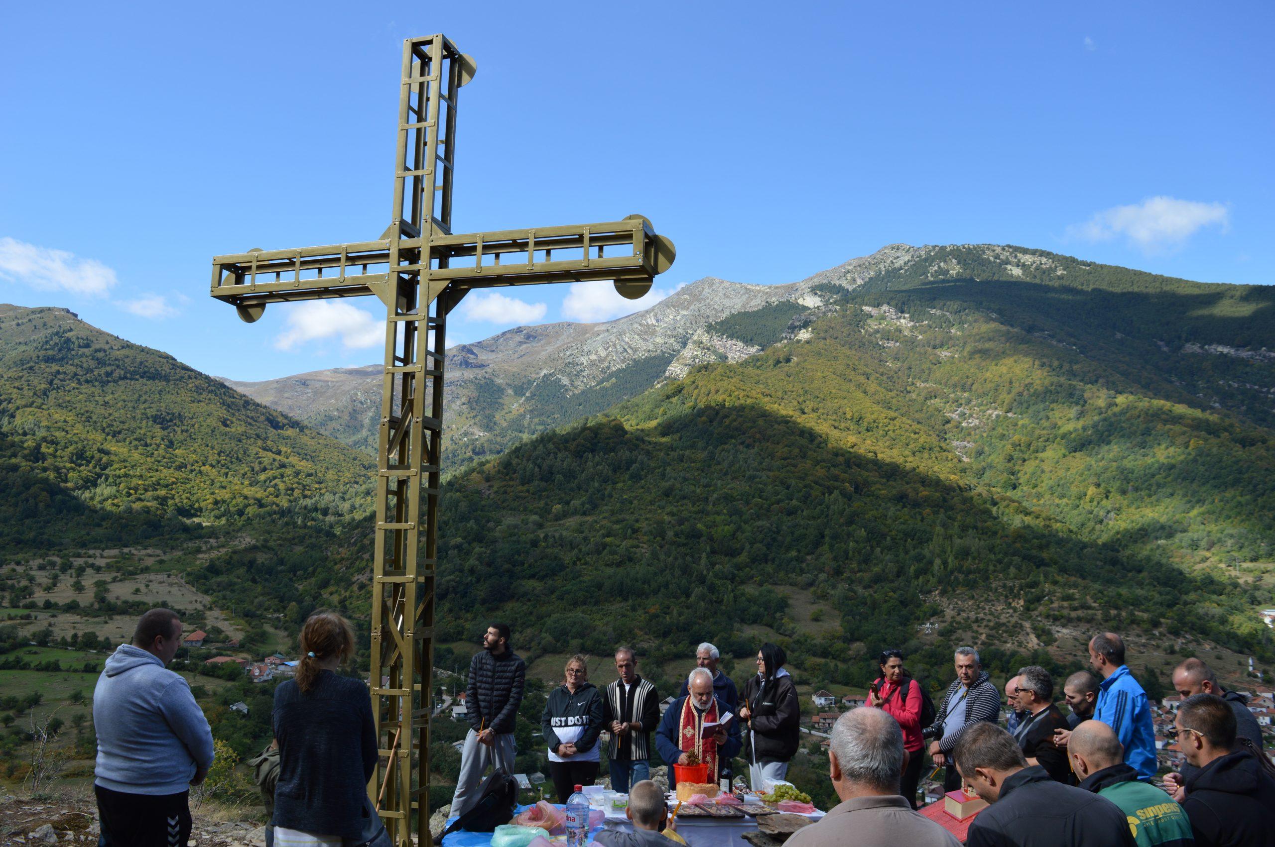 По повод големиот празник Крстовден, денес Светиот Крст е поставен и над с.Ниже Поле во подножјето на Бабин Заб