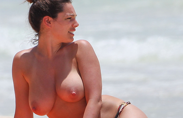 KELLY BROOK TOPLESS in Cancun -- 108 juggtastic pictures!