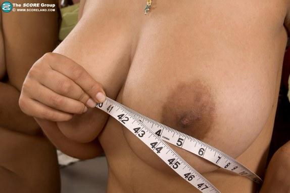 paola-rios-score-measuring-boobs-08