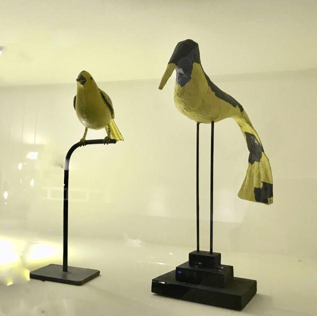 papiermache vogels in kast