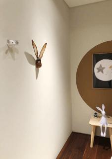 haas en muis aan de muur bij een klany