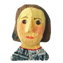 papiermache portret van dame met een ansichtkaartenzakje als shirt