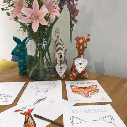 tafel vol met kleurplaten van dieren van babetteswereld