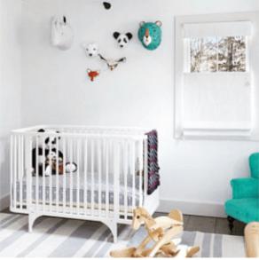 leuke papiermache panda aan muur boven kinderbedje