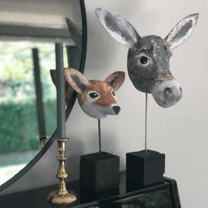 vos en ezel van papiermache ditmaal op een sokkeltje van hout